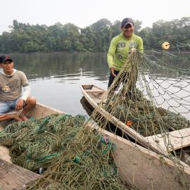 Fishers mending their nets. Credit: Máxime Aliaga